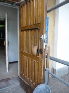 Ulko-ovi ennen kunnostusta